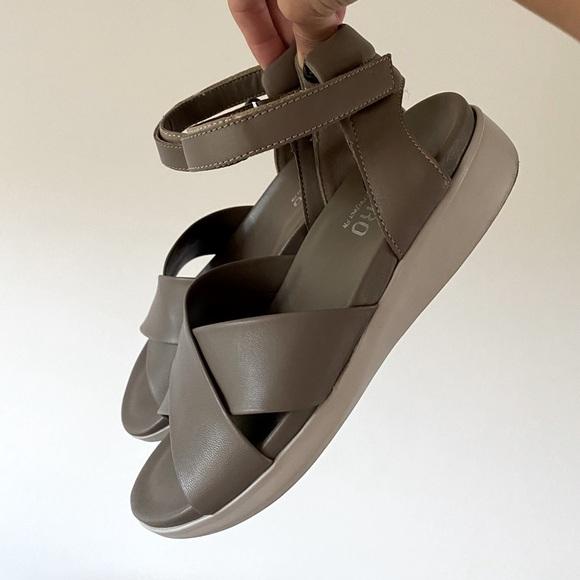 Munro Brinn sandals size 6 wide, lightly worn